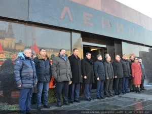 The floral tribute at the Mausoleum of Vladimir Lenin 21.01.2015 (1)
